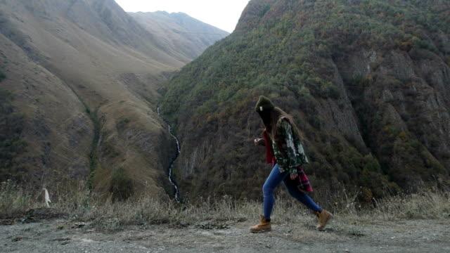 vídeos de stock, filmes e b-roll de aventura de montanha. jovem mulher viajando - só uma adolescente menina