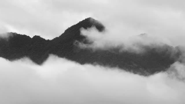 vidéos et rushes de montagnes et les nuages - image en noir et blanc