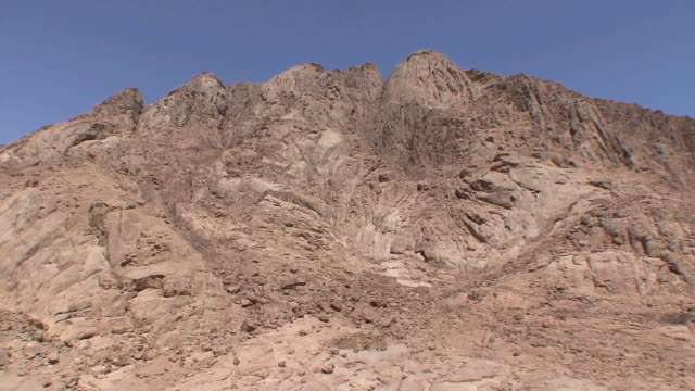 ws ha td mountain and rooftops of st catherine's monastery, mount sinai, egypt - sinai egitto video stock e b–roll