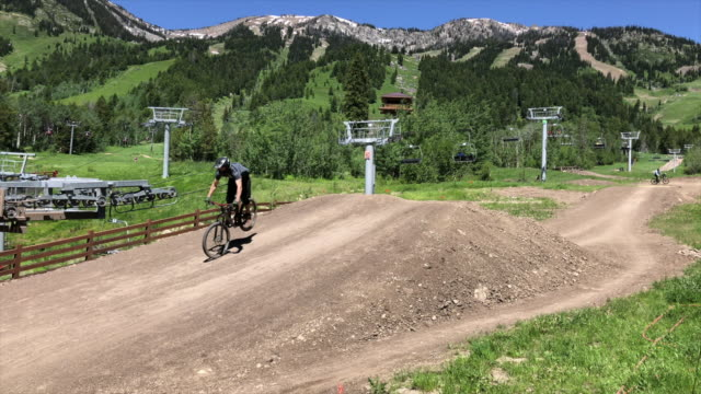 mountain bike riders at jackson hole wyoming - pursuit sports competition format stock videos & royalty-free footage