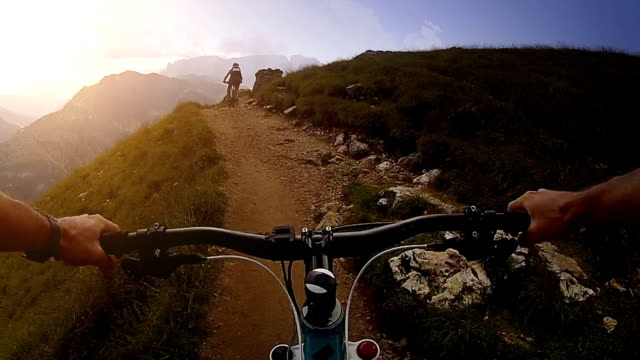 vídeos de stock, filmes e b-roll de mountain bike: trilha de solteiro - mountain bike bicicleta