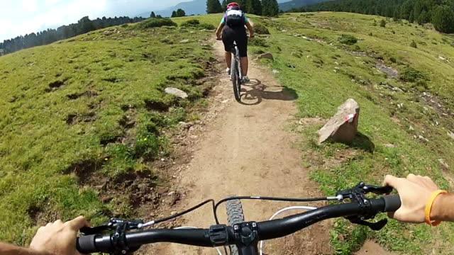 mountainbike-videos: single track auf die alpen - helm stock-videos und b-roll-filmmaterial
