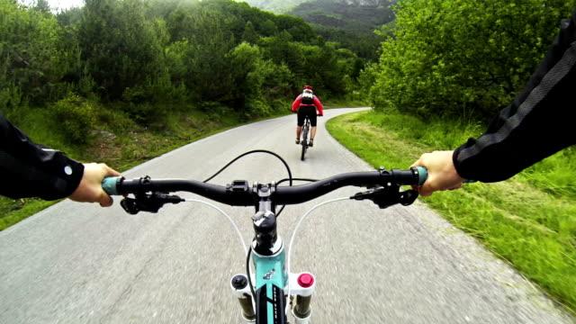 mountainbike-videos: lange abfahrt auf die straße - fahrzeug fahren stock-videos und b-roll-filmmaterial