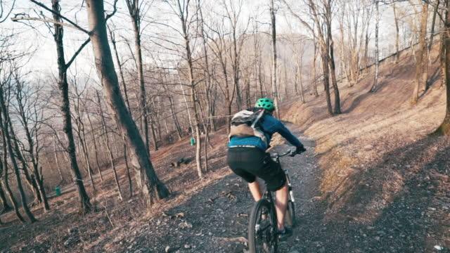 森の中のトレイルを降順のマウンテンバイカー