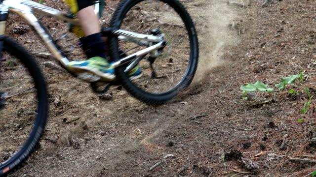 mountainbiker steigt steilen berghang ab - halfpipe stock-videos und b-roll-filmmaterial