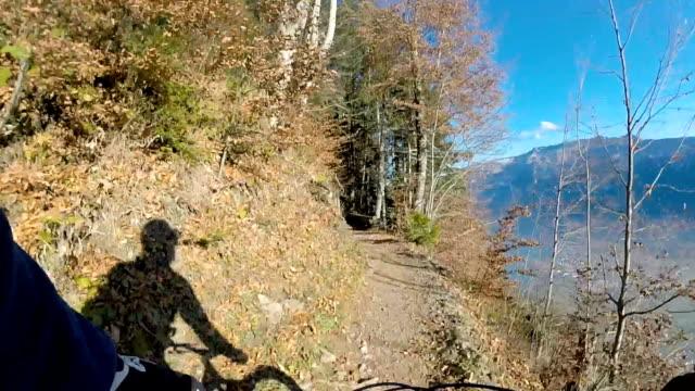 mountainbiker erkundet ikonische schweizer bergsicht auf mountainbike - subjektive kamera ungewöhnliche ansicht stock-videos und b-roll-filmmaterial