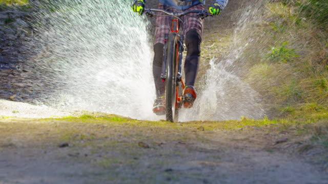 SLO MO-Mountainbiker Los Wanderweg und in eine Pfütze