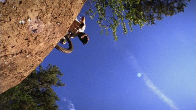 sm la ws mountain biker jumping off hill / colorado, usa - stunt stock-videos und b-roll-filmmaterial