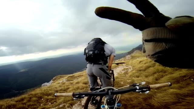 POV mountainbiker vriend kijken en doen duimschroef opwaarts