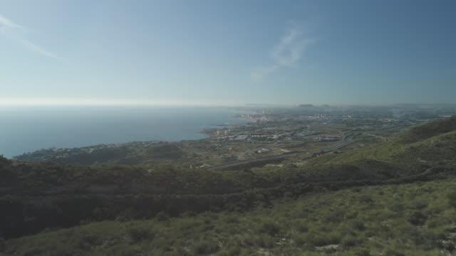 mountain biker looking towards the coast of alicante. - människoarm bildbanksvideor och videomaterial från bakom kulisserna