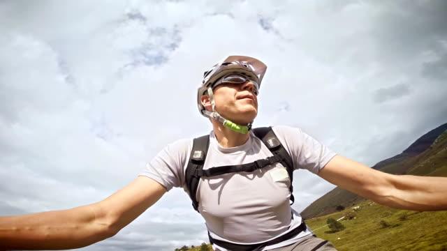 Mountainbiker eine video von sich selbst auf dem Fahrrad