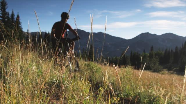 mountain biker on a trail - stazione sciistica di brighton video stock e b–roll