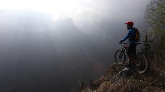 山のバイカーは岬から表示を一時停止します。 - トレンティーノ点の映像素材/bロール