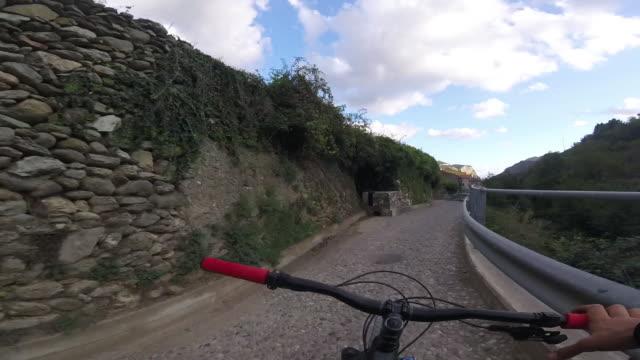 """mountainbiker auf ländliche strecke hausieren, """"hände weg"""" - eskapismus stock-videos und b-roll-filmmaterial"""
