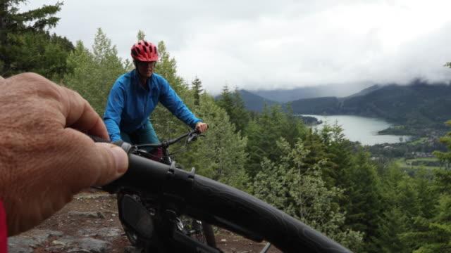 vídeos de stock, filmes e b-roll de montanha motociclista do ponto de vista atravessando a trilha da costa oeste - 55 59 anos