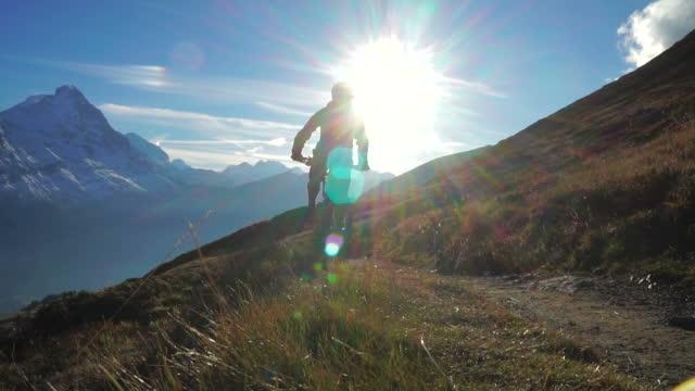 vídeos y material grabado en eventos de stock de ciclista de montaña paseos por sendero de alta montaña - ciclismo de montaña