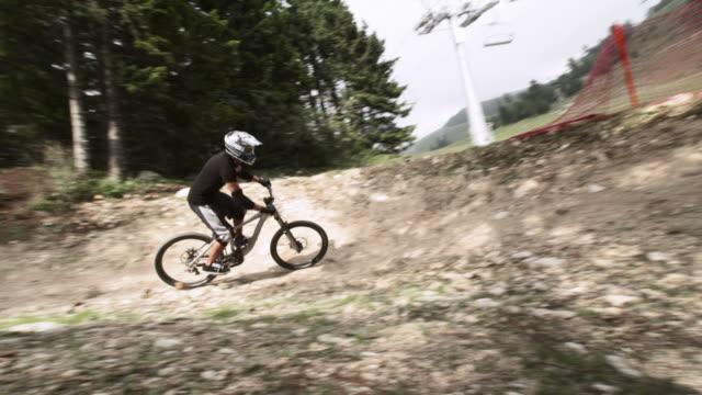 vídeos de stock, filmes e b-roll de hd câmera lenta: montanha de equitação de ciclista na trilha difícil - filme colagem