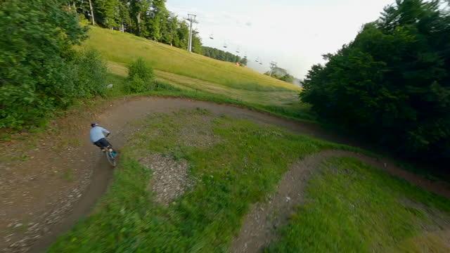 競馬場を下る空中マウンテンバイカー - 未舗装点の映像素材/bロール