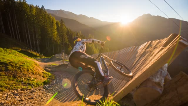 mountain biker riding downhill - mountain bike video stock e b–roll