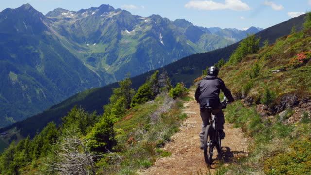 vídeos y material grabado en eventos de stock de ciclismo de montaña en paisaje de los alpes (uhd) riding - ciclismo de montaña