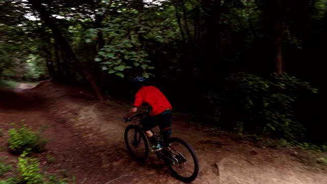 Mountainbiker reitet auf Waldweg