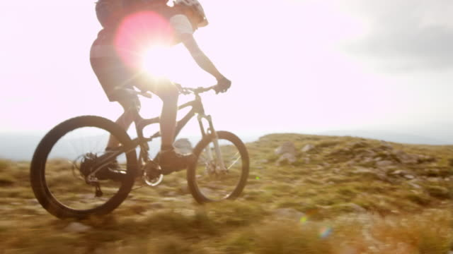 ts slo mo equitazione mountain bike sulla sommità dell'altopiano - andare in mountain bike video stock e b–roll
