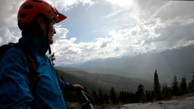 pov von mountainbiker, der über talfährt - männer über 40 stock-videos und b-roll-filmmaterial