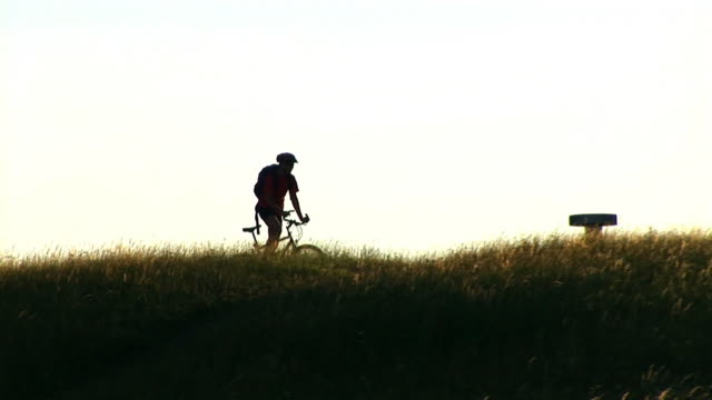 hd : マウンテンバイカー - hill点の映像素材/bロール