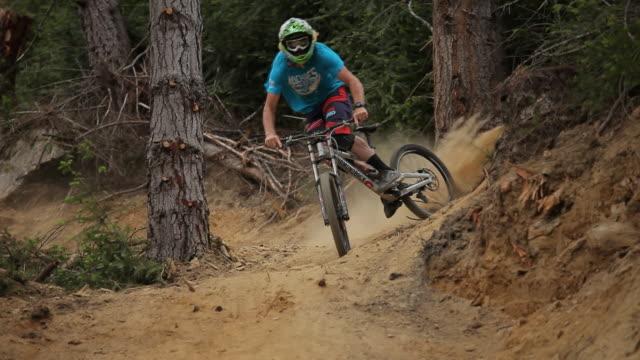 mountain biker - 未舗装点の映像素材/bロール