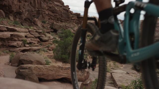 mountain bikers in utah canyon, slow motion - moab utah stock-videos und b-roll-filmmaterial