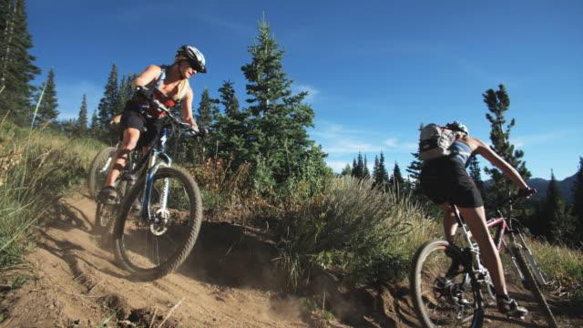 mountain bikers making a turn - stazione sciistica di brighton video stock e b–roll