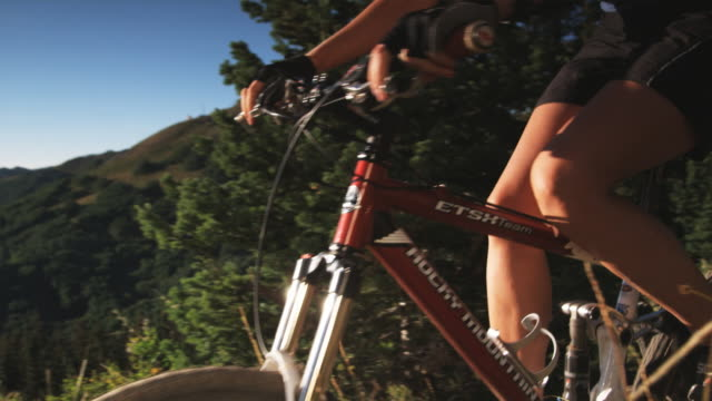 stockvideo's en b-roll-footage met mountain bikers on a trail - elasthaan