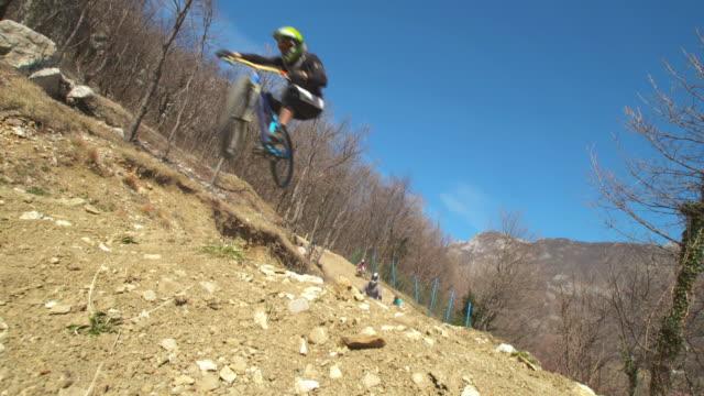vidéos et rushes de mountain bikers racing four-cross - faire du vélo tout terrain