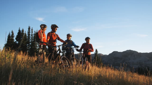 mountain bikers resting - stazione sciistica di brighton video stock e b–roll