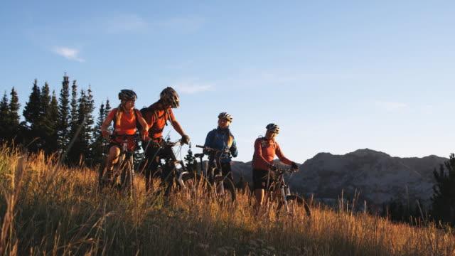 vídeos y material grabado en eventos de stock de mountain bikers resting - brighton ski area