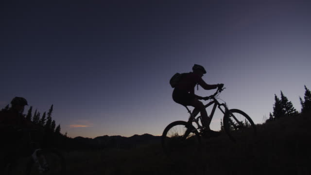 mountain bikers riding at sunset - skigebiet brighton stock-videos und b-roll-filmmaterial