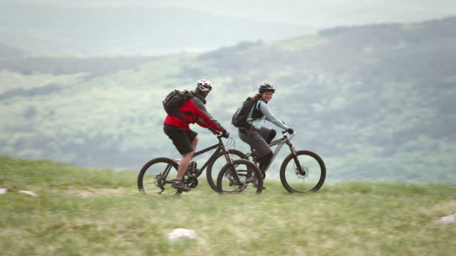 hd: mountain bikers speeding downhill - mountain bike stock videos & royalty-free footage