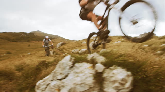 stockvideo's en b-roll-footage met mountainbikes passerende - mountainbiken fietsen