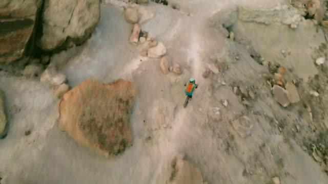 mountain biking erwachsene weiblich in western colorado wüste arid klima am späten abend 4k video - extremlandschaft stock-videos und b-roll-filmmaterial