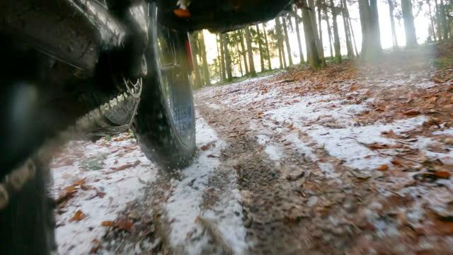 vidéos et rushes de vélo de montagne dans la forêt d'hiver - vtt