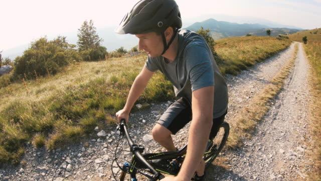 vidéos et rushes de vélo de montagne sur route de campagne de gravier - équitation de loisir