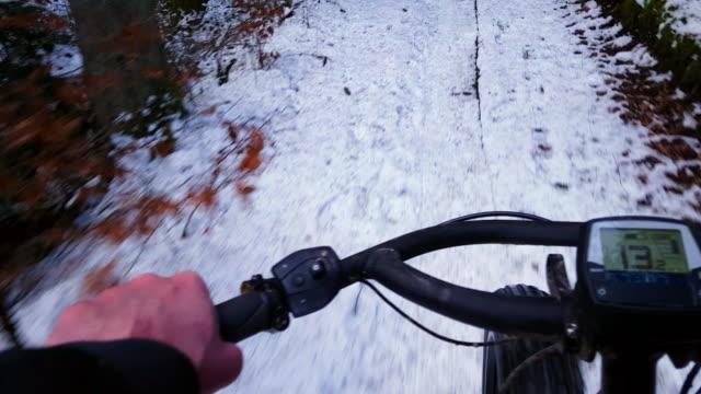 Mountainbiken auf Schnee bedeckt Feldweg