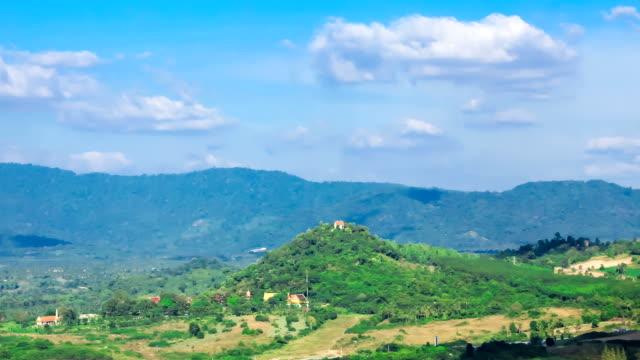 montagna blu cielo e cloud ombra - area selvatica video stock e b–roll