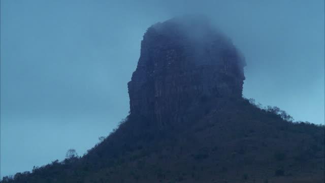 vidéos et rushes de ws mountain butte formation in low fog / unspecified  - piton rocheux