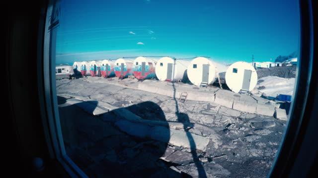 fjäll läger. topp på hög höjds berget på vintern - basläger bildbanksvideor och videomaterial från bakom kulisserna