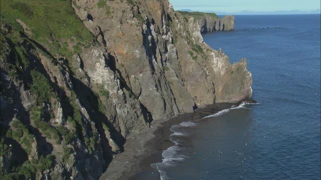 ws pov mountain cliffs bordering sea / kamchatka krai, russia - küstenlandschaft stock-videos und b-roll-filmmaterial