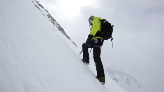 ms tu mountain climber trekking on snow and ice covered mountain in austrian alps / stubai glacier, tirol, austria  - anstrengung stock-videos und b-roll-filmmaterial