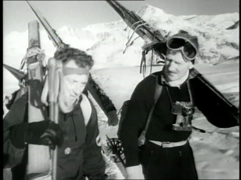 vidéos et rushes de mountain climbers edmund hillary john hunt and others carrying skis begin the ascent of mt everest - 1953