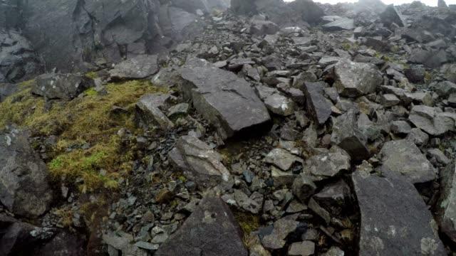 mountain climbing, walking, hiking in low-visibility, black cuillin, isle of skye - hebriderna bildbanksvideor och videomaterial från bakom kulisserna