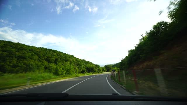 vídeos de stock e filmes b-roll de mountain drive in spring frontal view - para brisas